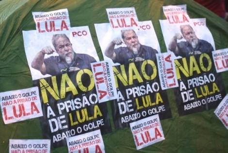 """Lula treme e fica incomodado com cartazes """"Não à prisão de Lula"""""""