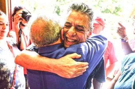 Chico Buarque, ao lado de Lula, é premiado pela CUT no campo do MST (veja o vídeo)