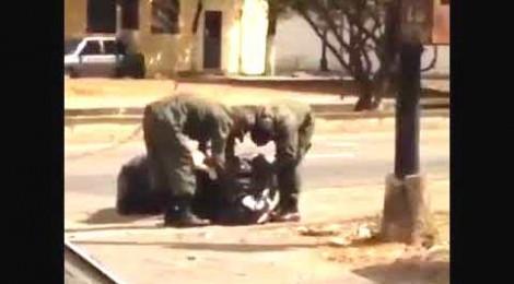 Soldados venezuelanos remexem o lixo em busca de restos de comida (Veja o Vídeo)