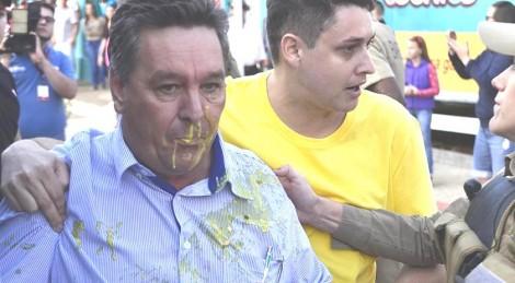 Ex-prefeito petista, condenado por corrupção, fica em estado lastimável após chuva de ovos (Veja o Vídeo)