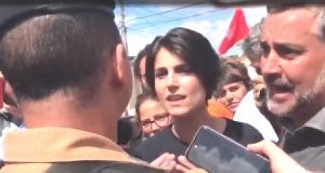 Eleitor de Bolsonaro tira onda com Manuela, que inventa agressão e cria confusão (Veja o Vídeo)