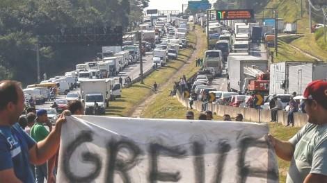 Caminhoneiros destroem bandeira da CUT e expulsam petistas (Veja o Vídeo)