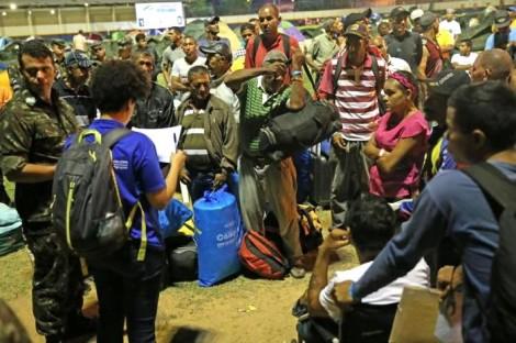 FLAGRANTE: Ativista orienta venezuelanos a invadirem terrenos e casas em Roraima (Veja o Vídeo)