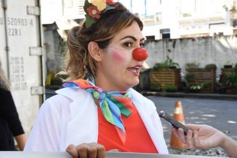 """Michelle Bolsonaro, anônima, fantasiada de """"palhaça"""", faz ação social no Rio"""