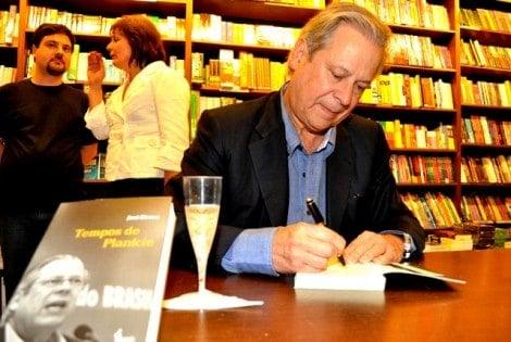 """Jornalista renomado atribui valor a livro de José Dirceu: """"vale tanto quanto o seu autor"""""""