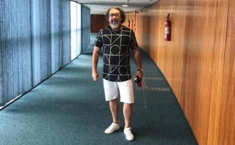 Kakay, advogado de 17 réus na Lava Jato, é flagrado de bermuda no STF