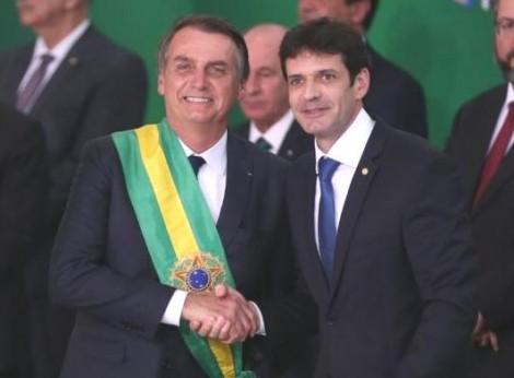 Ministro suspeito é demitido por Bolsonaro, mas vai retornar ao cargo