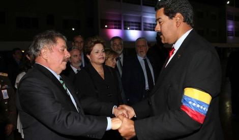 """Maduro lamenta um ano de prisão """"injusta"""" de Lula e Eduardo Bolsonaro revida"""