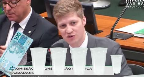 Com R$ 100 e 5 copos, jovem deputado dá aula sobre previdência na CCJ e vídeo viraliza