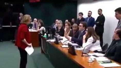 Rosário tem ataque histérico durante sessão e deputados pedem médico (Veja o Vídeo)