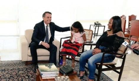 Yasmin, a vítima de fake news, ganha o dia em visita a Bolsonaro (veja o vídeo)