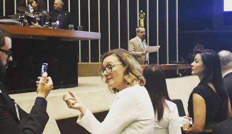FLAGRANTE: Enquanto ministro explicava ponto a ponto das novas diretrizes, Rosário fazia videozinho