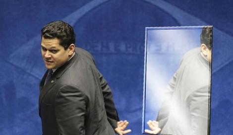 Alcolumbre, enquanto ofende Moro, faz vistas grossas para os crimes de inúmeros colegas e não se olha no espelho