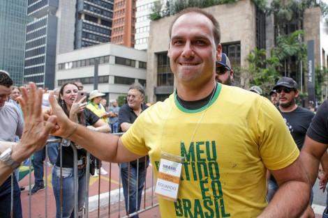 """Eduardo Bolsonaro diz """"Lula é um vagabundo preso"""" e manda recado para o petista"""