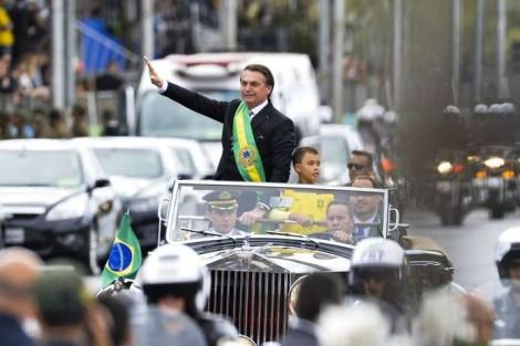 "Presidente quebra o protocolo e ""dá carona"" para garoto no Rolls Royce presidencial (Veja o Vídeo)"