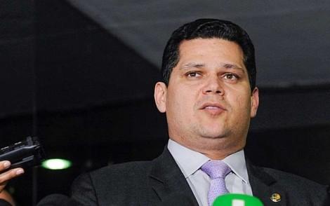 "Cidadã interpela Alcolumbre dentro do Senado: ""para de sabotar o Brasil"" (Veja o Vídeo)"