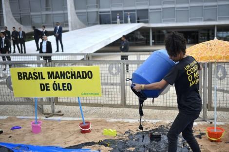 Ativistas do Greenpeace são detidos por suspeita de crime ambiental após emporcalhar entrada do Planalto (veja o vídeo)