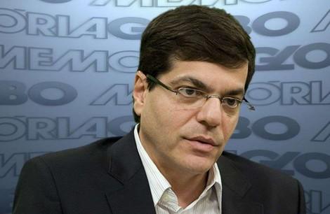 Cara de pau, diretor da Globo parabeniza repórteres por matéria caluniosa e culpa advogado de Bolsonaro pelo erro