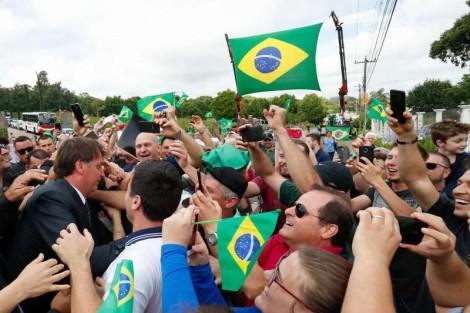 População de Bento Gonçalves (RS) vai às ruas para saudar Bolsonaro (veja o vídeo)