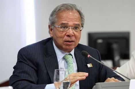 Economia com juros da dívida pública equivale a 3 vezes os valores do Bolsa Família, diz Guedes