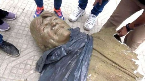 A Bolívia se liberta: Busto de Evo é totalmente destruído (veja o vídeo)