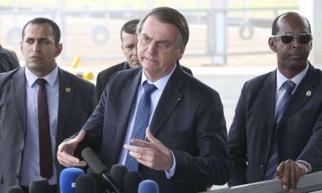 """AO VIVO – Bolsonaro para a imprensa: """"Não posso falar porque serei acusado de agredir vocês"""" (veja o vídeo)"""