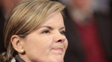 Insana, Gleisi espalha fake news, ataca Paulo Guedes e ofende Regina Duarte