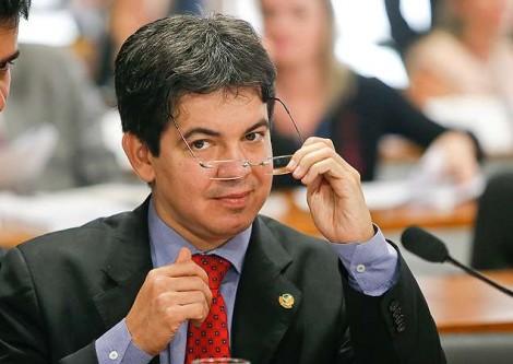 Randolfe DPVAT, no limite do ridículo, oferece ajuda para Cid Gomes (veja o vídeo)