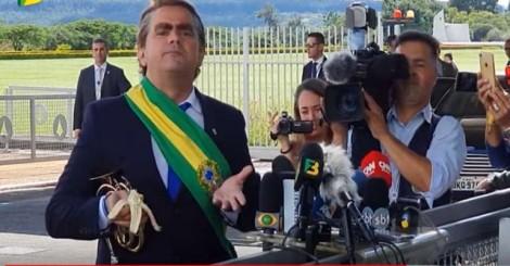 Carioca, interpreta Bolsonaro, participa de café da manhã no Alvorada e satiriza a imprensa (veja o vídeo)