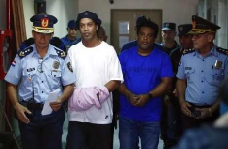 Justiça Paraguaia não dá moleza e põe algemas em Ronaldinho (veja o vídeo)