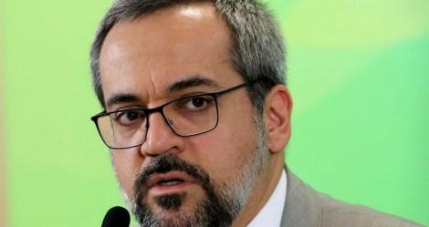 Weintraub divulga medidas para o combate ao coronavírus, mas não deixa de fazer chacota com o PT