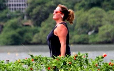 Enquanto a Globo faz terror na tela pelo isolamento, jornalista da emissora passeia na lagoa