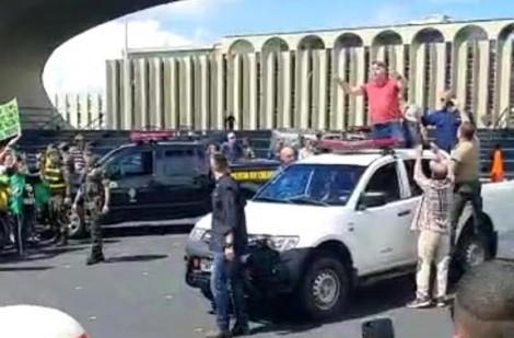 AO VIVO: Bolsonaro tem chegada triunfal à manifestação em Brasília (veja o vídeo)