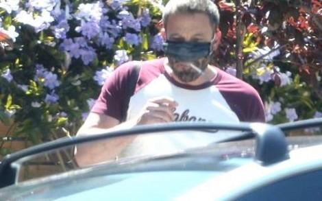 """""""Pelo bem da minha saúde, só posso fumar se estiver de máscara"""""""