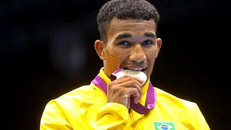 Medalhista Olímpico entrega pizza para nocautear crise econômica (veja o vídeo)