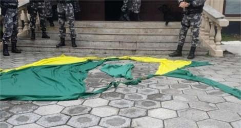 Militante 'Antifa' que rasgou a bandeira Nacional é indiciado pela Polícia