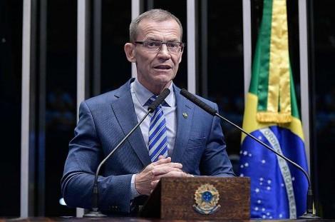 Senador que pediu a apreensão do passaporte de Weintraub sofre representação por exercício irregular da advocacia