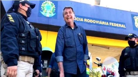 """Bolsonaro faz parada """"surpresa"""" em posto da PRF e reação popular é surpreendente (veja o vídeo)"""
