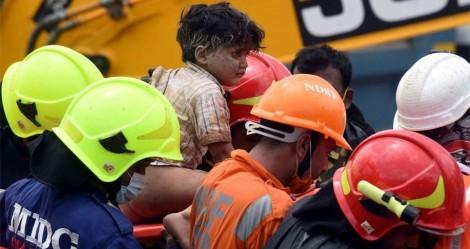 Cenas impactantes! Criança é resgatada com vida de destroços de prédio na Índia (veja o vídeo)