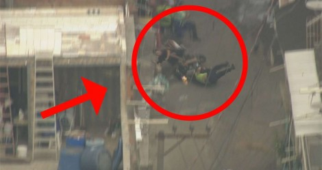 Sem polícia na favela, bandidos armados com fuzil atropelam homem com criança no colo (veja o vídeo)