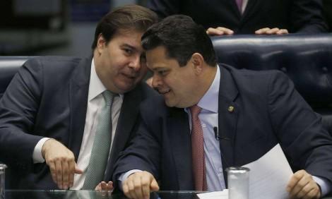 """Estranhamente site do Senado entra """"em manutenção"""", após surra de internautas em Alcolumbre e Maia"""