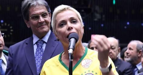 Filha de Roberto Jefferson, Cristiane Brasil se entrega à polícia (veja o vídeo)