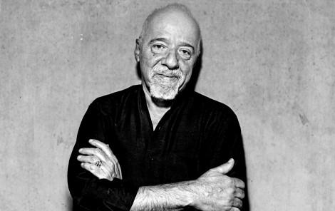 Paulo Coelho envergonha o país e pede boicote aos nossos produtos. Depois, se arrepende...