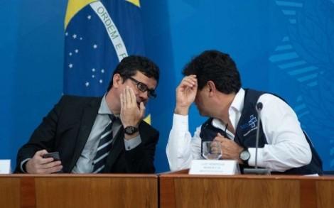 Traições de Mandetta e Moro deixaram Bolsonaro mais cauteloso na movimentação das peças do xadrez político