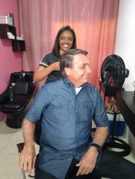 470x0_1603024150_5f8c3516c0da2_hd Bolsonaro muda agenda para prestigiar jovem humilde que inaugurava salão de beleza (veja o vídeo)