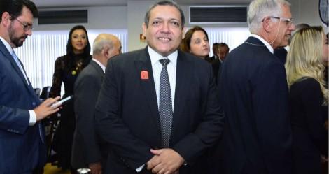 Ao lado de Bolsonaro, Kassio Nunes é empossado no STF