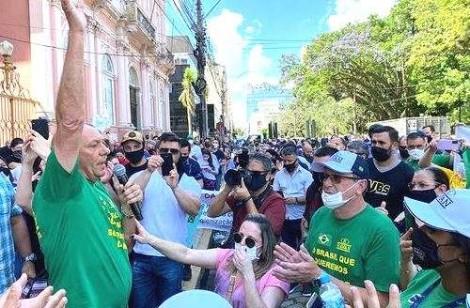 Prefeita fecha comércio em Pelotas, Hang lidera manifestação e é autuado pela polícia (veja o vídeo)