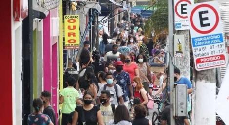 """Em busca de 'sobrevivência', comerciantes ignoram decreto absurdo de """"DitaDoria"""""""