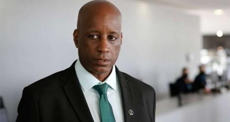 Sérgio Camargo sofre ataque racista, responde à altura e já prepara processo contra jornal