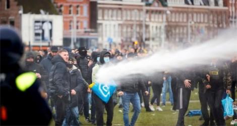 """Povo vai às ruas na Holanda contra """"toque de recolher"""""""